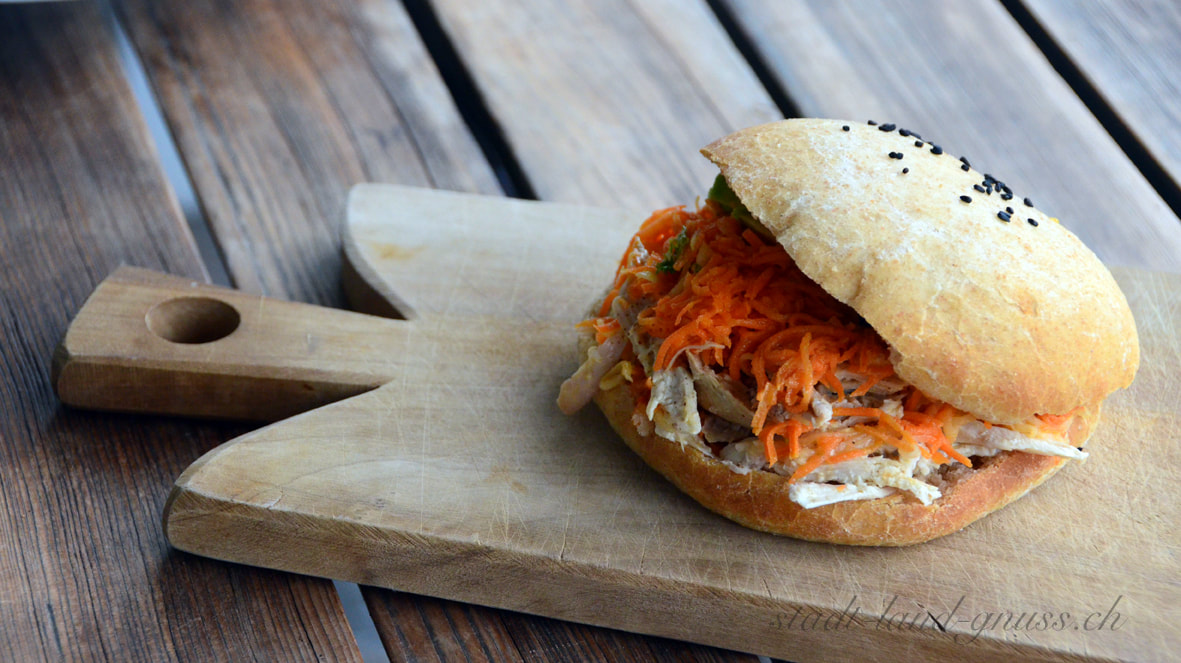 rustikales Burger Bun mit Pulled Suppenhuhn